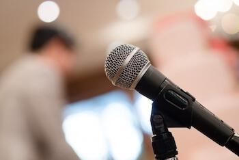 招いたゲストを動画で紹介し、<br>イベント会場を盛り上げる